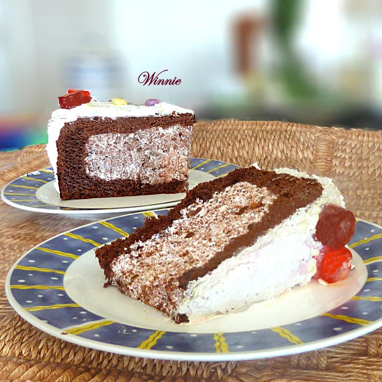 מקציפים לקצפת יציבה ומצפים את כל העוגה.