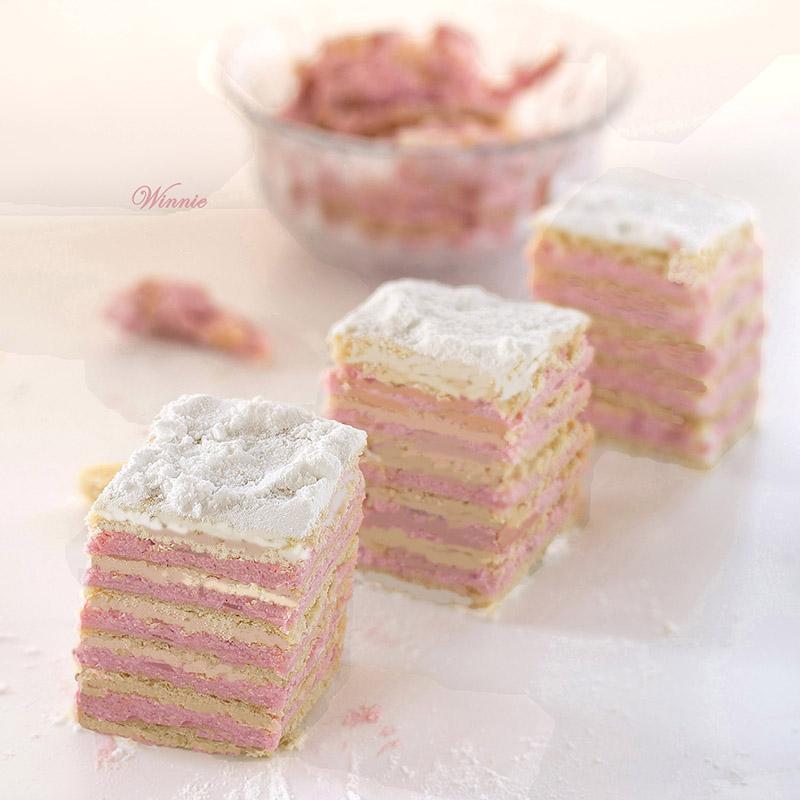 עוגת שכבות בצק עם פודינג חלב בניחוח תות-ג