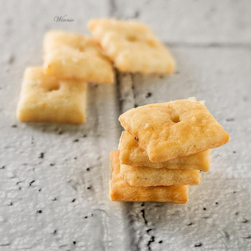 קרקרים עם גבינה-א