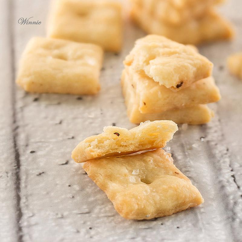 קרקרים עם גבינה-ה