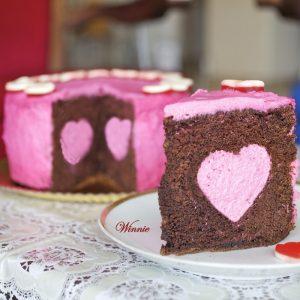 עוגת שוקולד עם לב מוס תותים - ליום ההולדת של הבלוג
